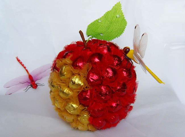 Яблоко из конфет своими руками